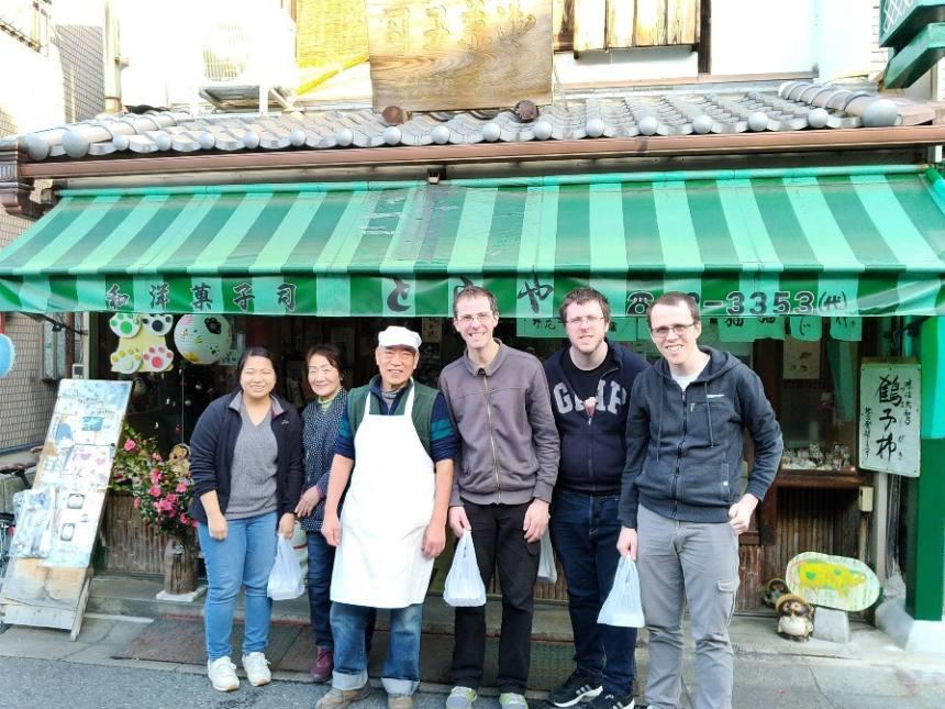 【図37 筆者が和菓子作り体験ガイドを務める和菓子屋さんにて】