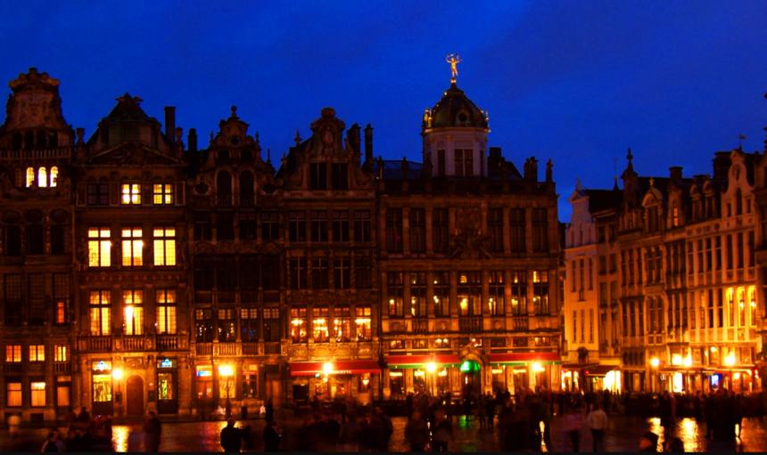 【図41 ベルギー首都ブリュッセルにある歴史地区グランプラスの夜景】